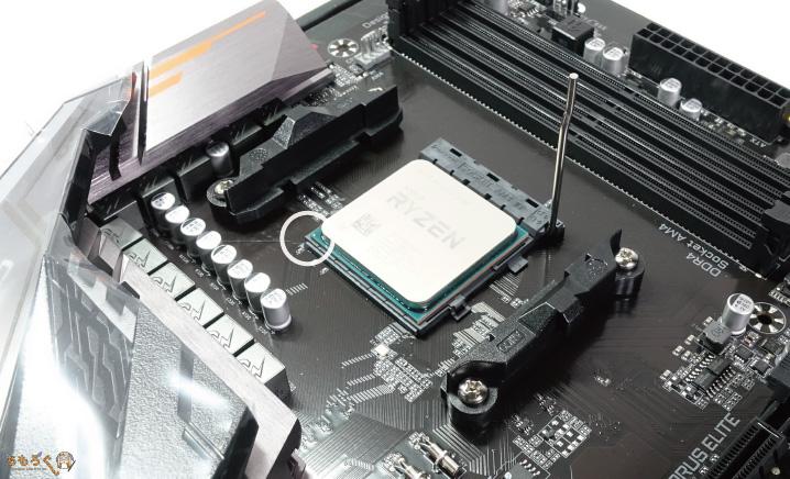 CPUをマザーボードに取り付ける