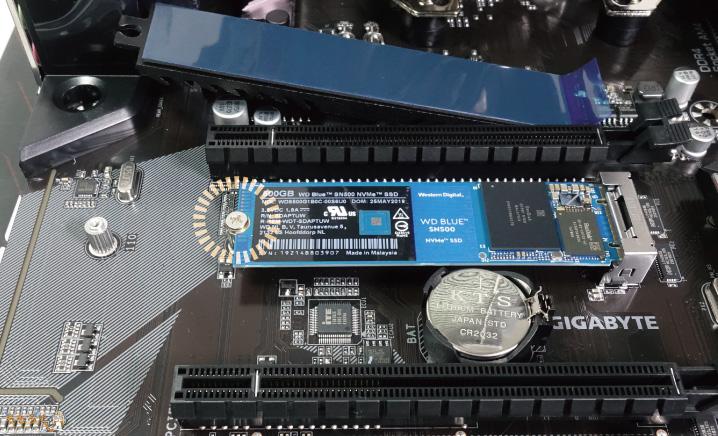 M.2 SSDを固定する