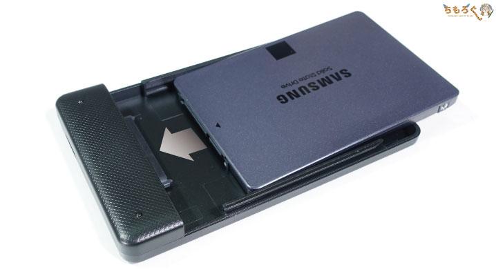 SSDをスライドさせて外付けケースに組み込む